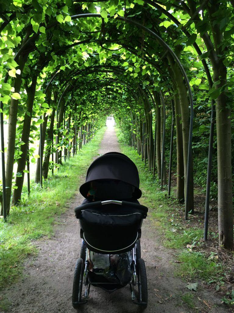 Retro-Kinderwagen Waldweg