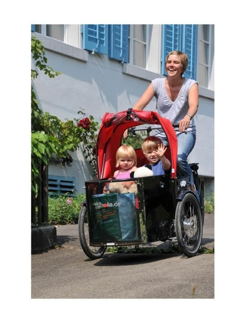 Nihola Family beim Fahren mit Verdeck