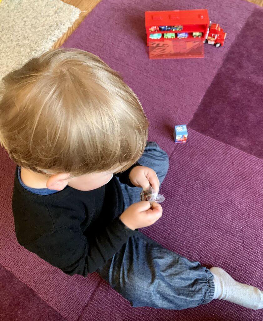 KInd spielt mit Cars Mini Racer