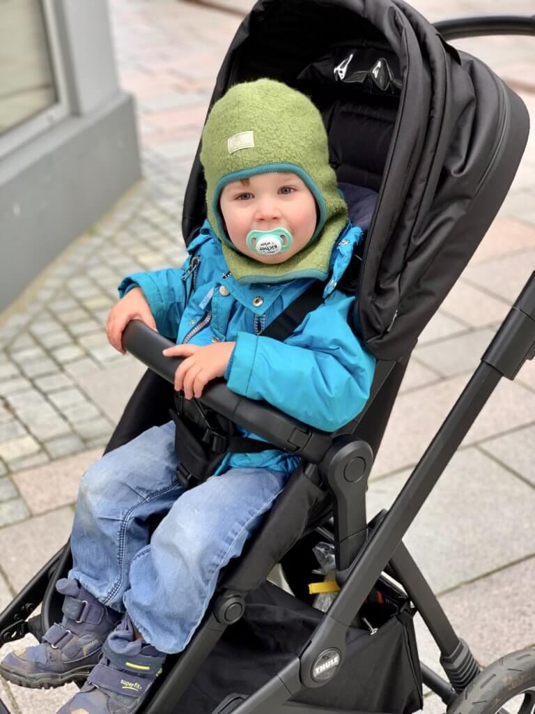 Kind im Kinderwagen