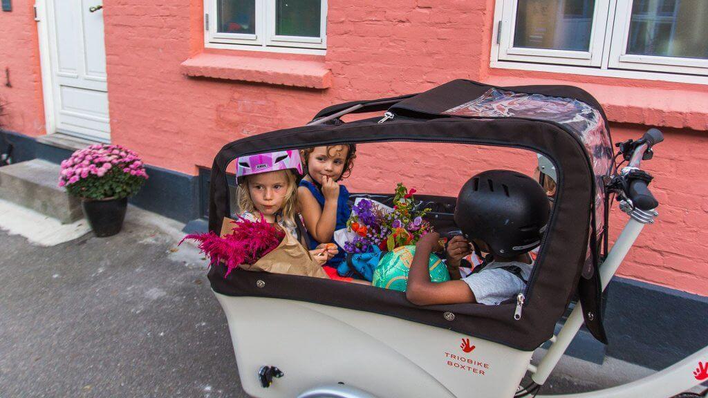 Triobike Boxter Mid Drive mit vier Kindern