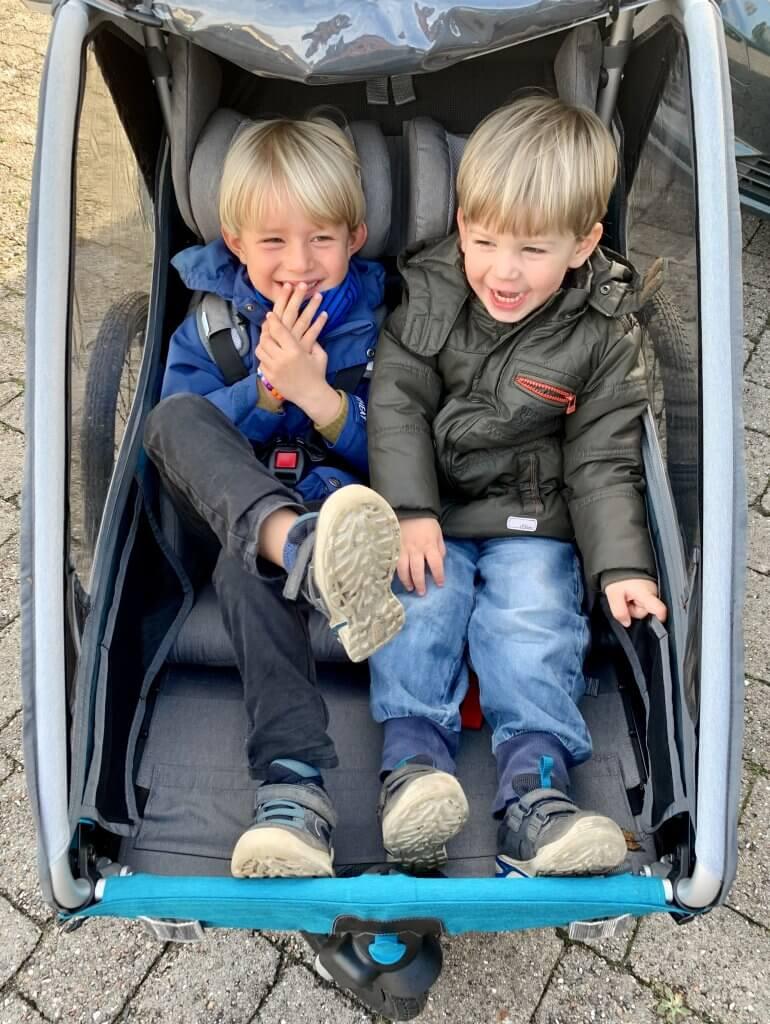 Zwei Kinder im Sitz